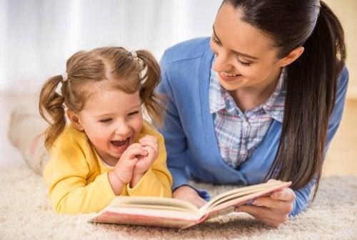 Żeby dzieci czytały, daj im dobry przykład - mama i córka czytaja książkę