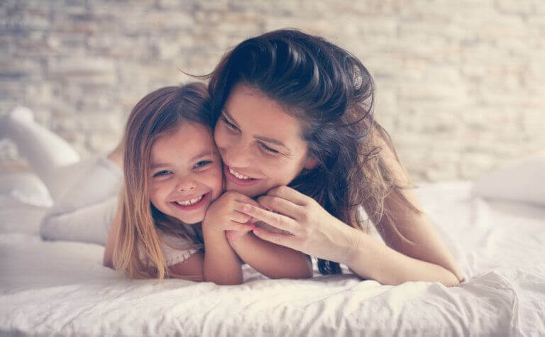 Usmiechnięta mama z córką - szczęśliwe dzieciństwo