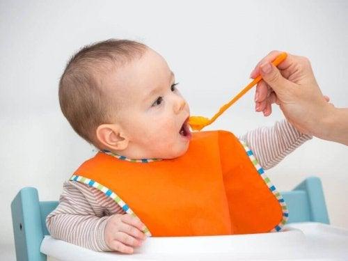 Owocowe puree – korzyści z karmienia nimi dzieci