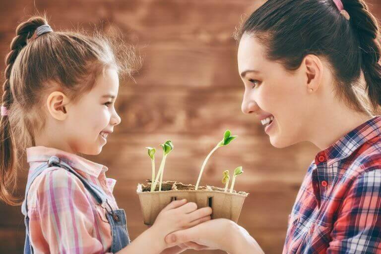 Mama z córką hodują roślinkę