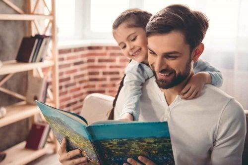 Tata z córką czytają książkę