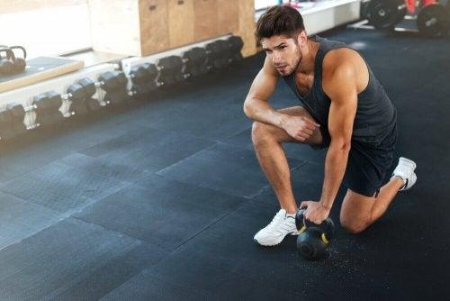 ból barku mężczyzna na siłowni