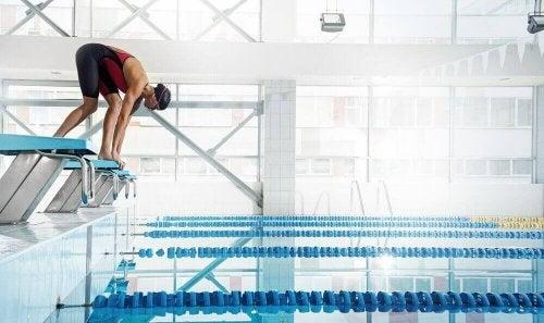 Pływanie jest idealne na ból pleców. Skakanie na główkę