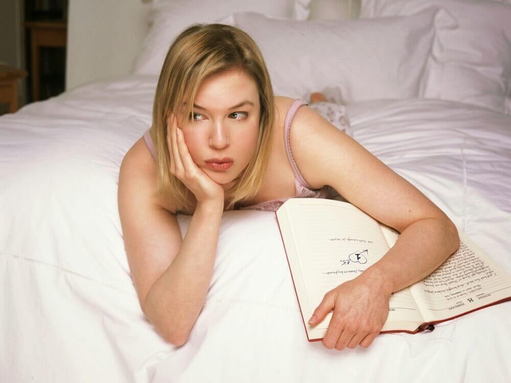 Brigit na łóżku z pamiętnikiem rozmyśla