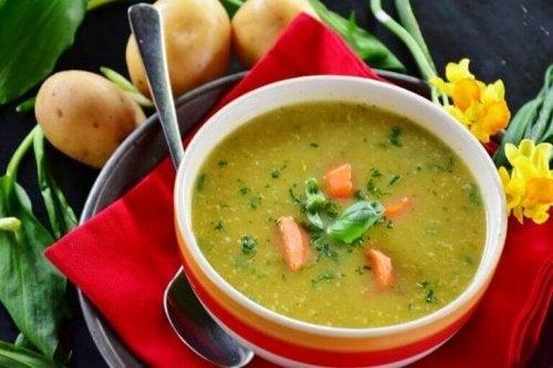 Bulion warzywny to dobry pomysł na lekki obiad.