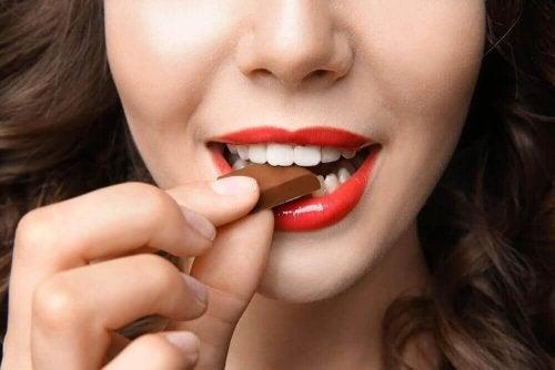 Kobieta je czekolady, jedzenie poprawiające nastrój