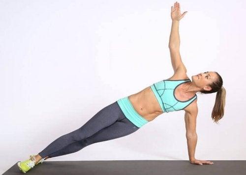 Te ćwiczenia pomogą Ci również wzmocnić nogi i brzuch.