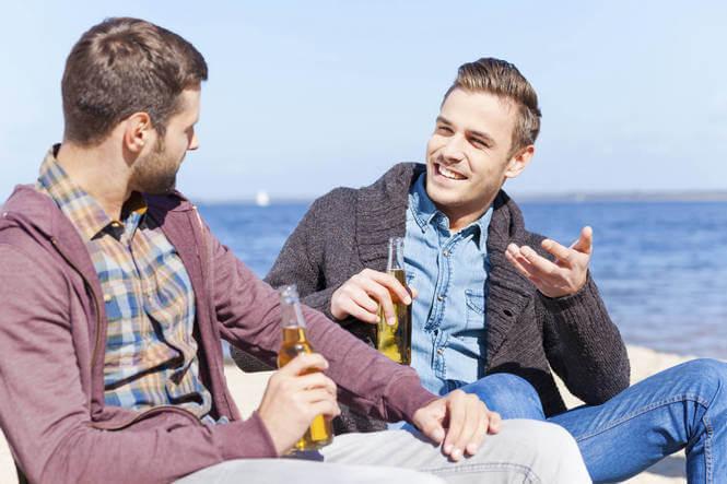 Faceci przy piwie