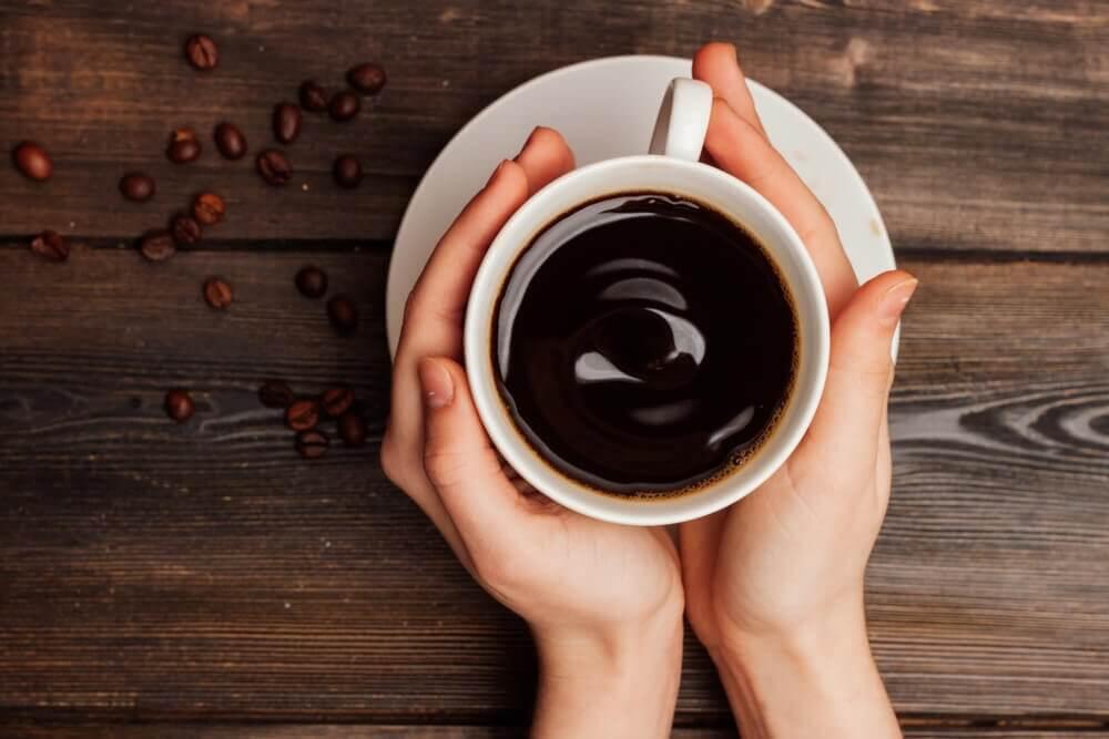 Filiżanka kawy w dłoniach