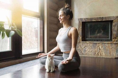 Kobieta ćwiczy jogę - lepsza jakość życia