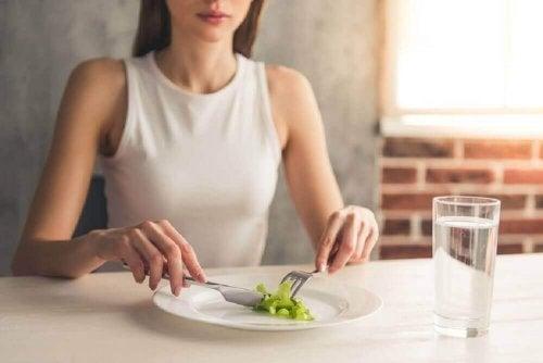 Kobieta je sałatę