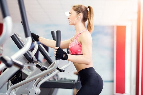 kobieta na siłowni na orbitreku