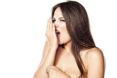 kobieta nieprzyjemny zapach z ust