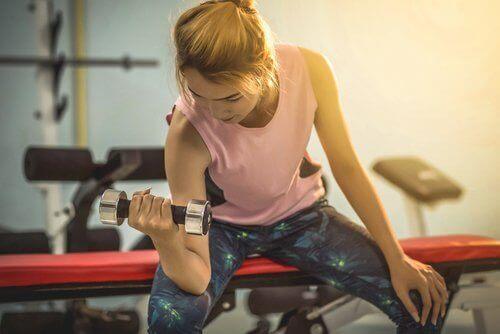 ćwiczenia dla kobiet kobieta na siłowni