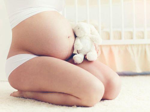 Kobieta w ciąży linea nigra