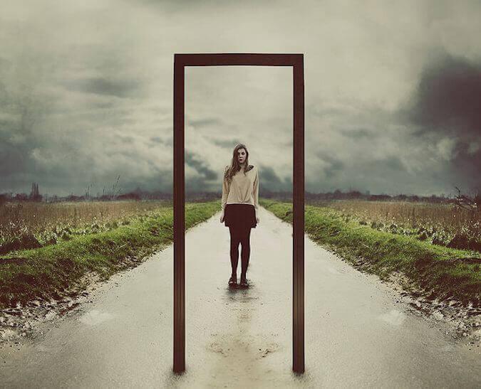 Kobieta w drzwiach lustro