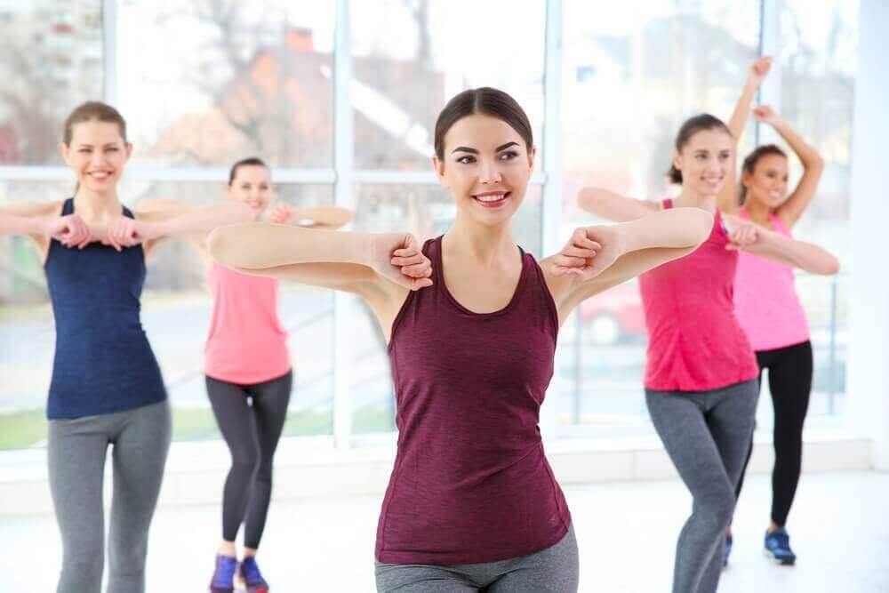 ćwiczenia kobiety tańczą aerobik