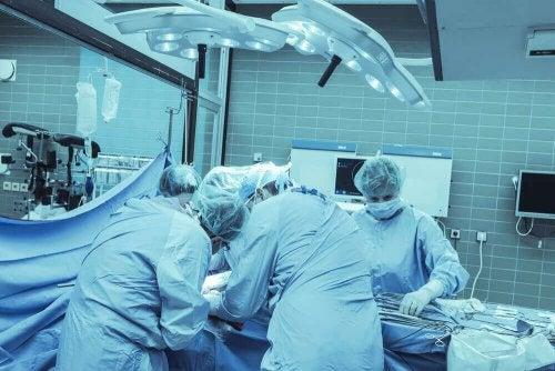 lekarze operują