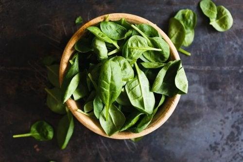 liście szpinaku - owoce i warzywa zapobiegające nowotworom