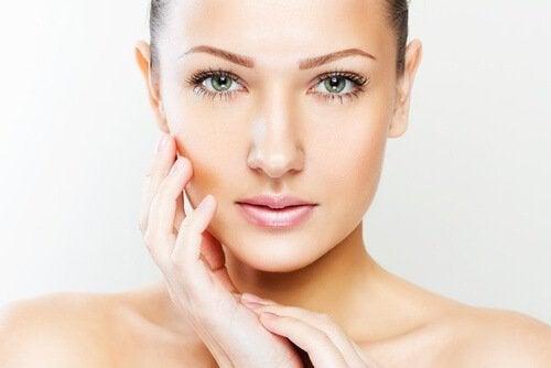 kobieta z młodą skórą właściwości kwasu hialuronowego