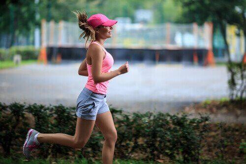 Jak metabolizm zmienia się po 30, kobieta uprawia jogging