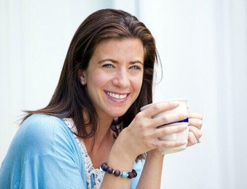 Jak metabolizm zmienia się po 40, starsza kobieta pije mleko