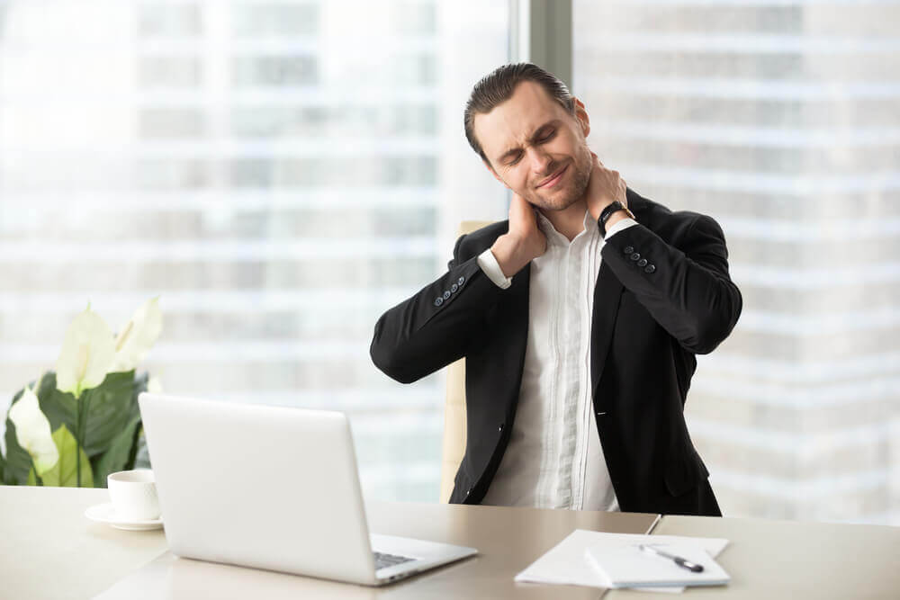 mężczyzna z bólem pleców a środki rozluźniające