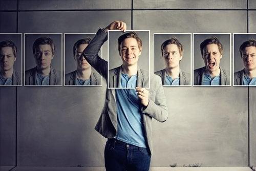 Mężczyzna ze zdjęciami - pozytywne myślenie