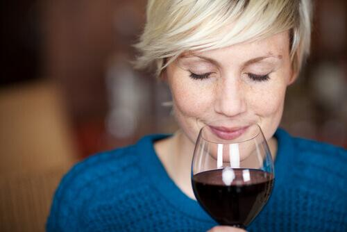 Mity na temat picia wina, kobieta kieliszek wina