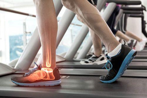 graviola na zdrowe stawy, osoba trenuje na bieżni sport