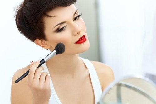 mocny makijaż a proces starzenia się