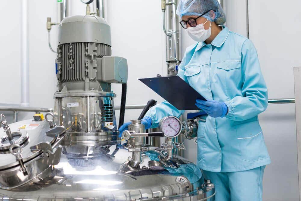 Ekspozycja na substancje rakotwórcze w miejscu pracy. Kobieta pracuje przy uranie w fabryce