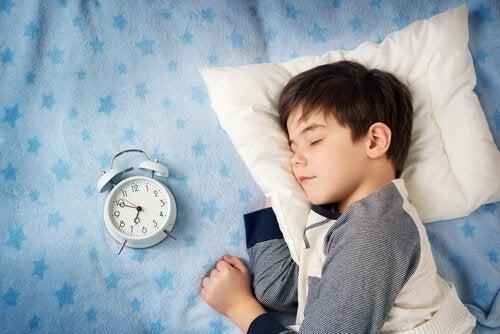 późne zasypianie dziecka chłopiec