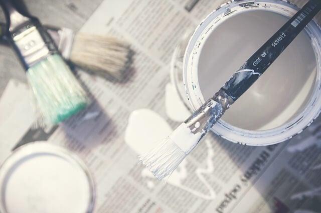 Ręczne robótki to na przykład malowanie farbą i pędzlami