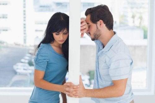 Nie zaskakujesz już swojego partnera? Kobieta z partnerem dzieli ich ściana