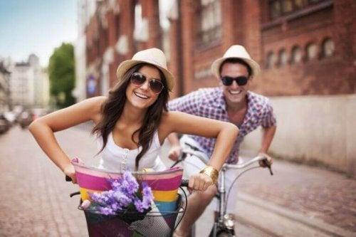 Przyjaźń z byłym? Szczęśliwa para na wycieczce rowerowej