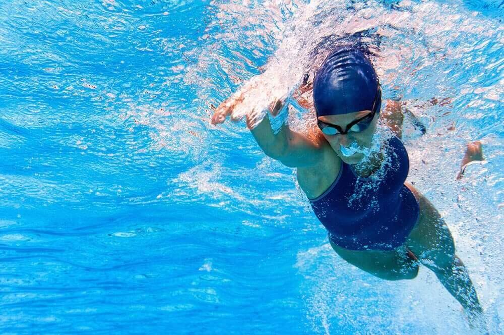 Pływanie na zdrowe serce człowieka