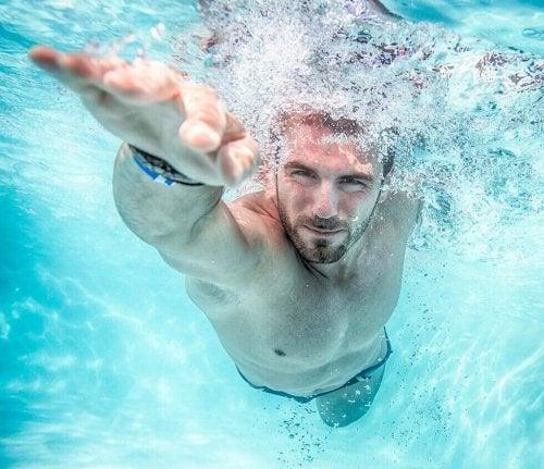 Kardio męższczyzna pływanie w basenie