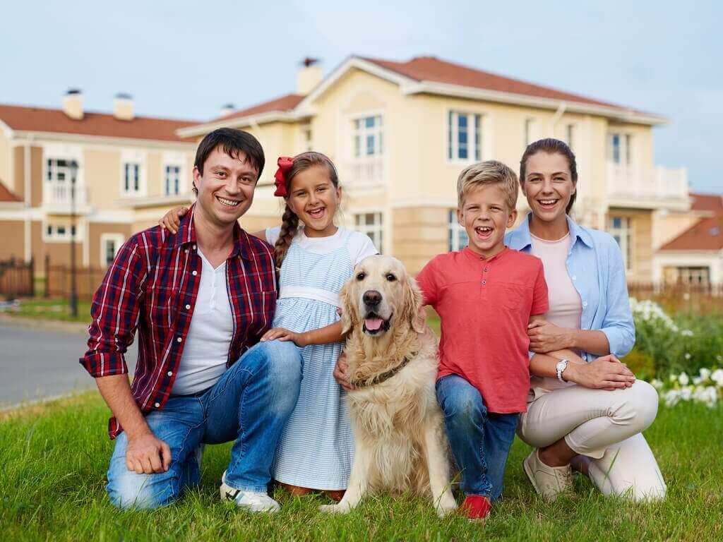 szczęśliwa rodzina i pies