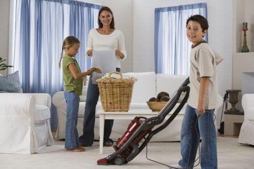 Rodzina wspólnie sprząta dom utrzymanie czystości w domu