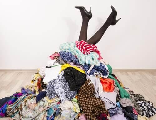 Ubrania – jak je przechowywać w pokoju bez szafy?