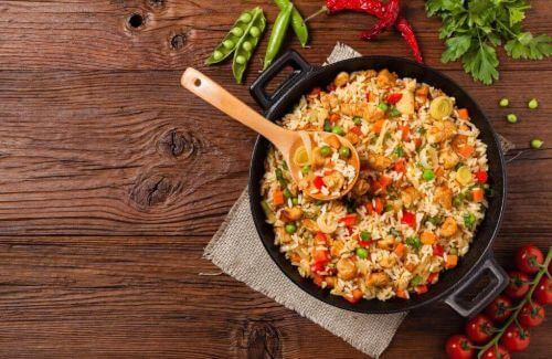 Ryż z kurczakiem i warzywami – szybki przepis