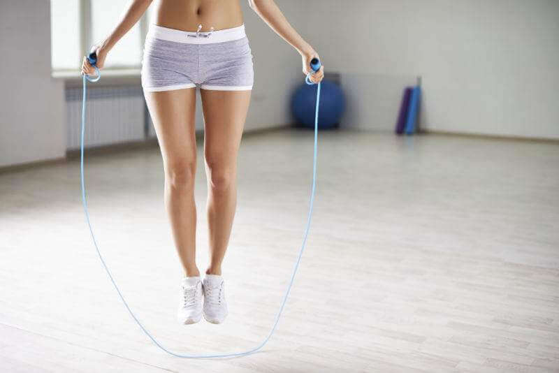 trening kobieta skacze na skakance