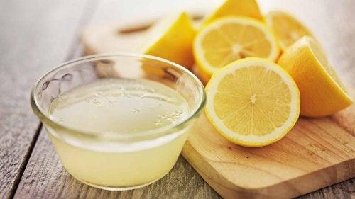 sok z cytryny w misce