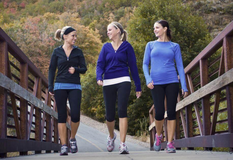 Trzy spacerujące kobiety