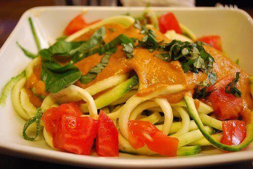 Spaghetti z białym sosem i warzywami na parze