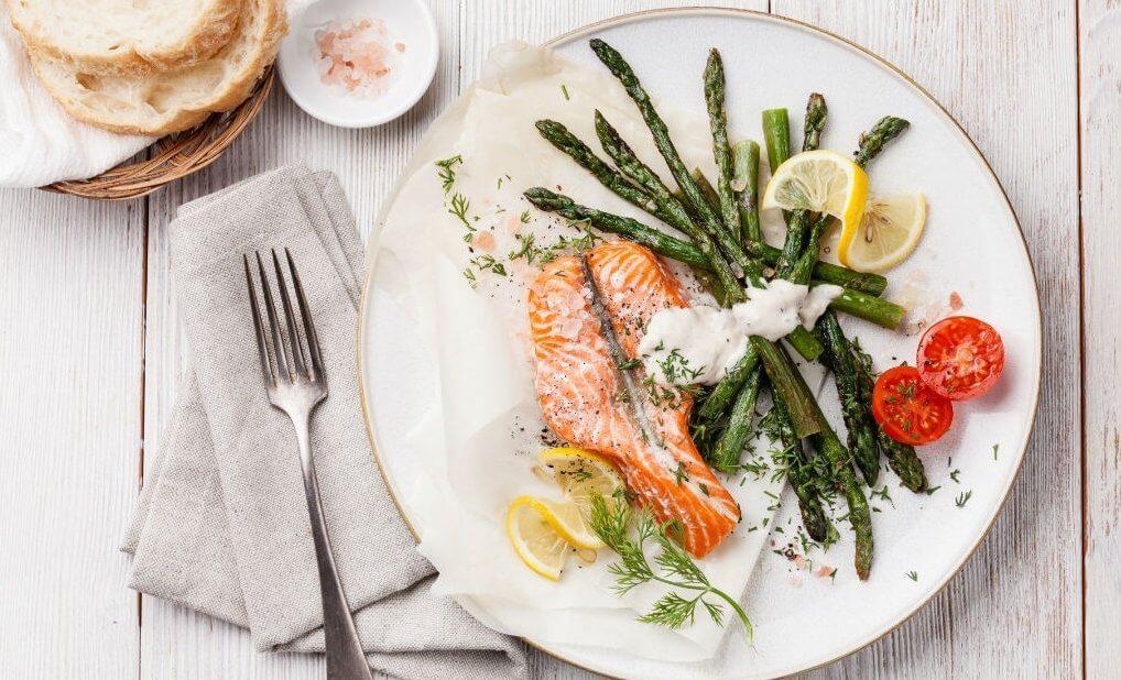 talerz z łososiem dieta niskowegowodanowa