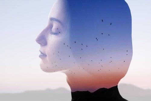 Poszukiwanie prawdziwej miłości - zamyślona kobieta