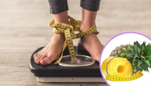Kobieta na wadze, nogi związane centymetrem ananas