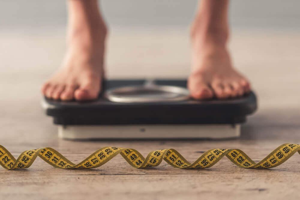 Waga osoba się waży 4 kilogramy